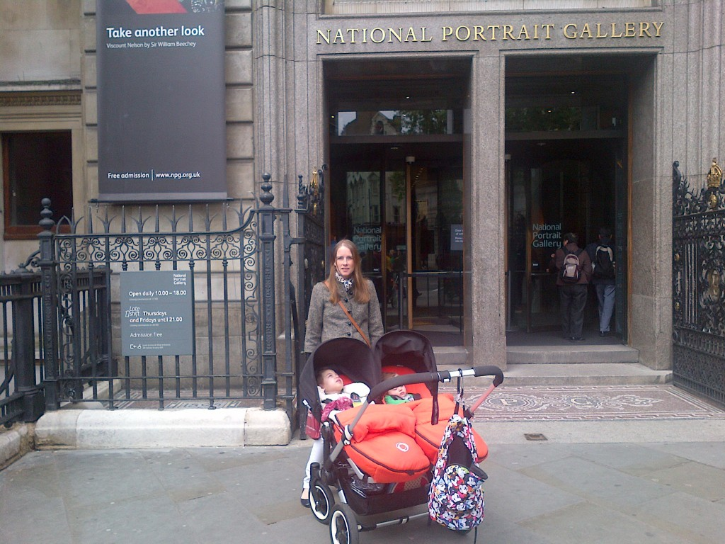 Patricia, Amelie and Grace at the entrance of the NPG  - photo by Daniel